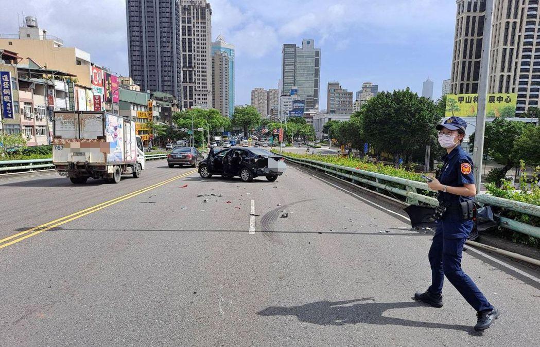 警方趕到場處理車禍。記者林保光/翻攝
