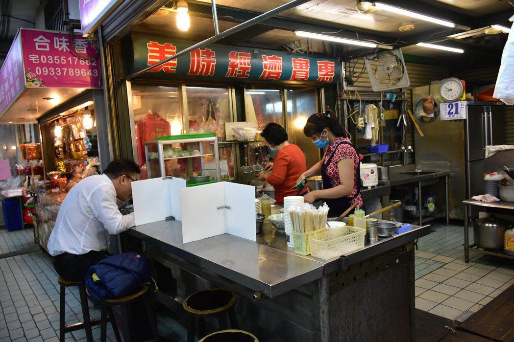 新竹縣宣布27日起降為2級,有條件開放餐飲內用。圖/縣府提供