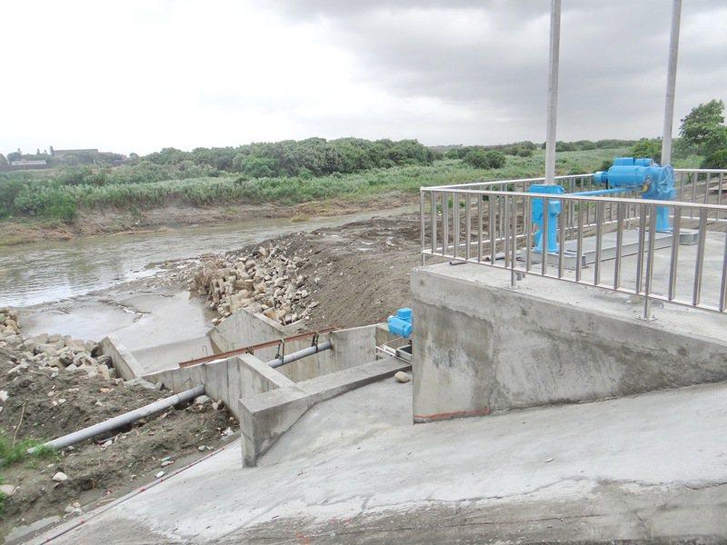 為解決虎尾鎮市區中心水患,縣府在市區主要排水的西安抽水站,再趕工擴建一處疏洪道,期能因應暴雨來襲。記者蔡維斌/攝影