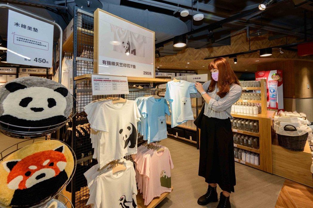 全聯南港旗艦店是第一間販售MUJI無印良品「兒童有機棉天竺印花T恤」和「家用掛鉤...