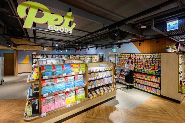 全聯南港旗艦店首次設置寵物專區,販售多達600項商品,滿足每個消費者家中可愛毛孩...