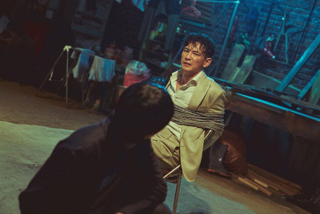 「綁架影帝黃晸珉」黃晸珉被綁匪打得鼻青臉腫。圖/車庫提供