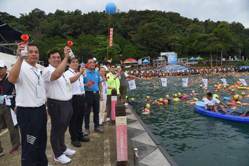 日月潭萬人泳渡是國內規模最大的水上運動,相關業者擔心停辦衝擊國內觀光。圖/南投縣政府提供