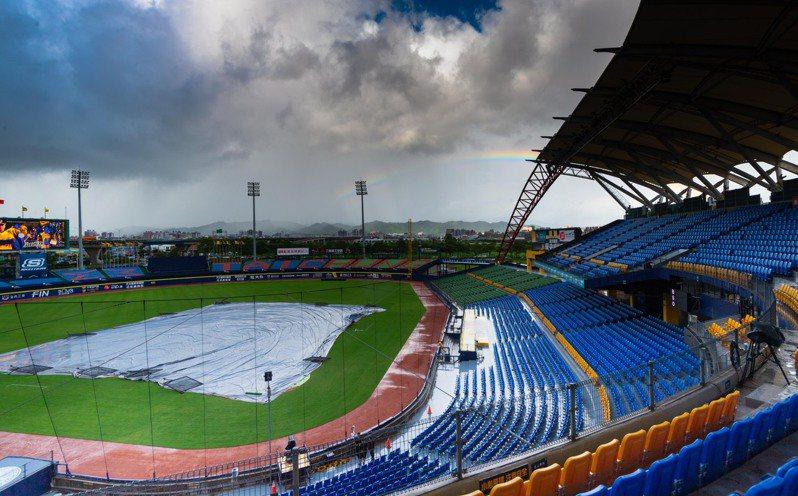洲際球場因雨勢場地狀況不佳,本日賽程再度延賽。圖/中華職棒提供
