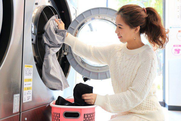 全家便利商店自助洗衣複合店即日起至8月24日消費滿百元就送50元自助洗衣折價券。...