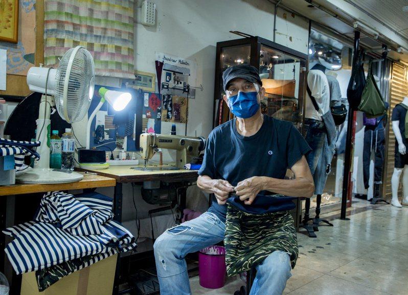 以手工服飾包包為業的謝先生受疫情衝擊一度有負面想法,但因為一通call-in電話,生計重燃希望。記者曾原信/攝影