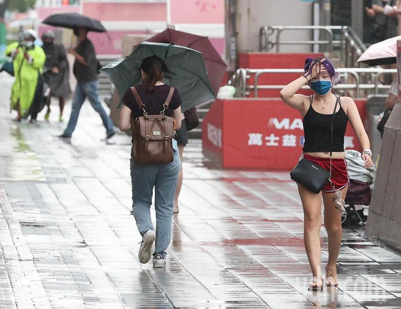 烟花颱風暴風圈逐漸逼近台灣,傍晚時北台灣降雨明顯。記者潘俊宏/攝影
