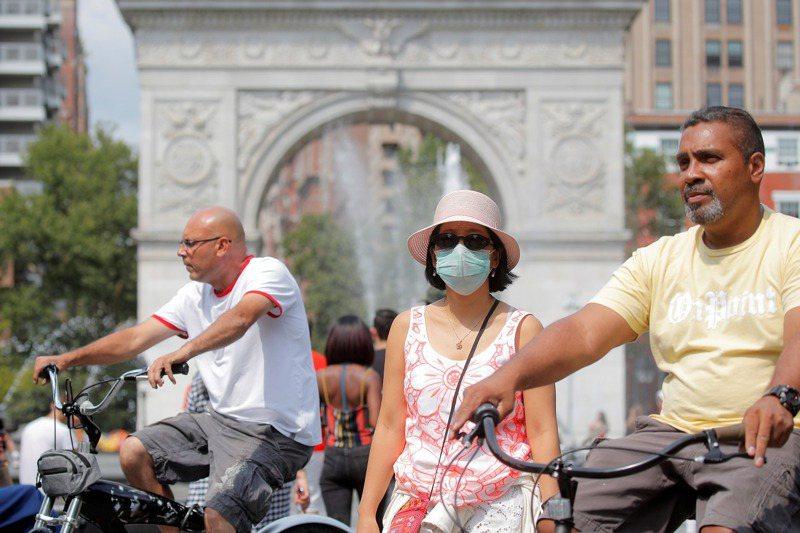 過去一年各地都實施強制配戴口罩與限制社交聚會等措施,連帶阻止了流感、感冒與其他病菌的傳播。但隨著部分國家開始解封,這些流行病卻再次捲土重來。路透