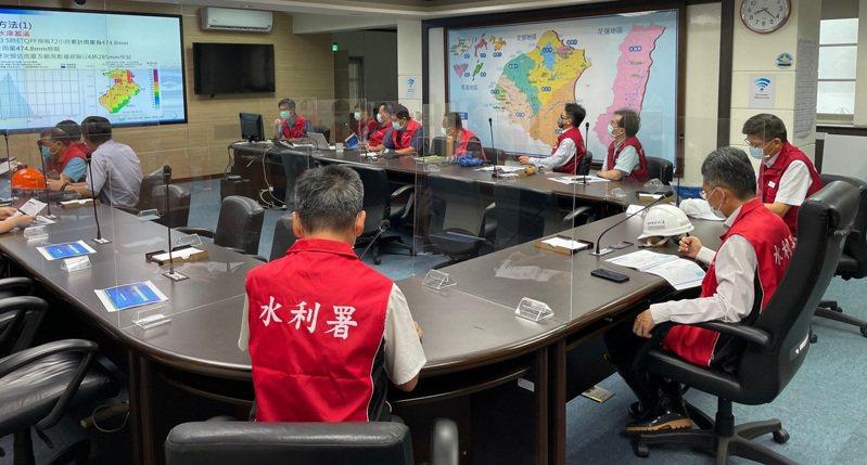 水利署長賴建信(右)到北水局了解防颱準備工作。圖/北區水資源局提供