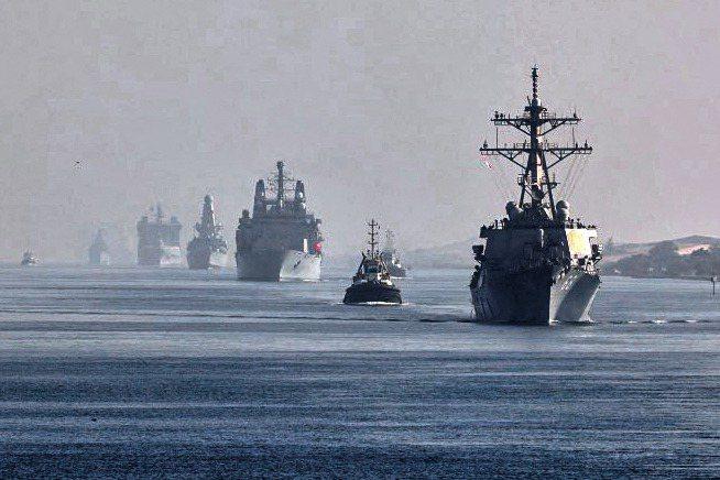 英國伊麗莎白女王號航母打擊群正執行「海上航行自由」任務,不久將駛入南海敏感水域。圖為7月初進入蘇伊士運河。法新社