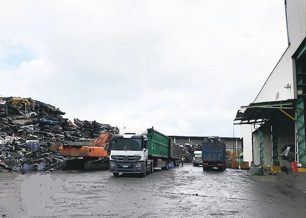 巨基環保專門處理廢棄車殼、鐵罐粉碎及分類。三珈企業/提供。