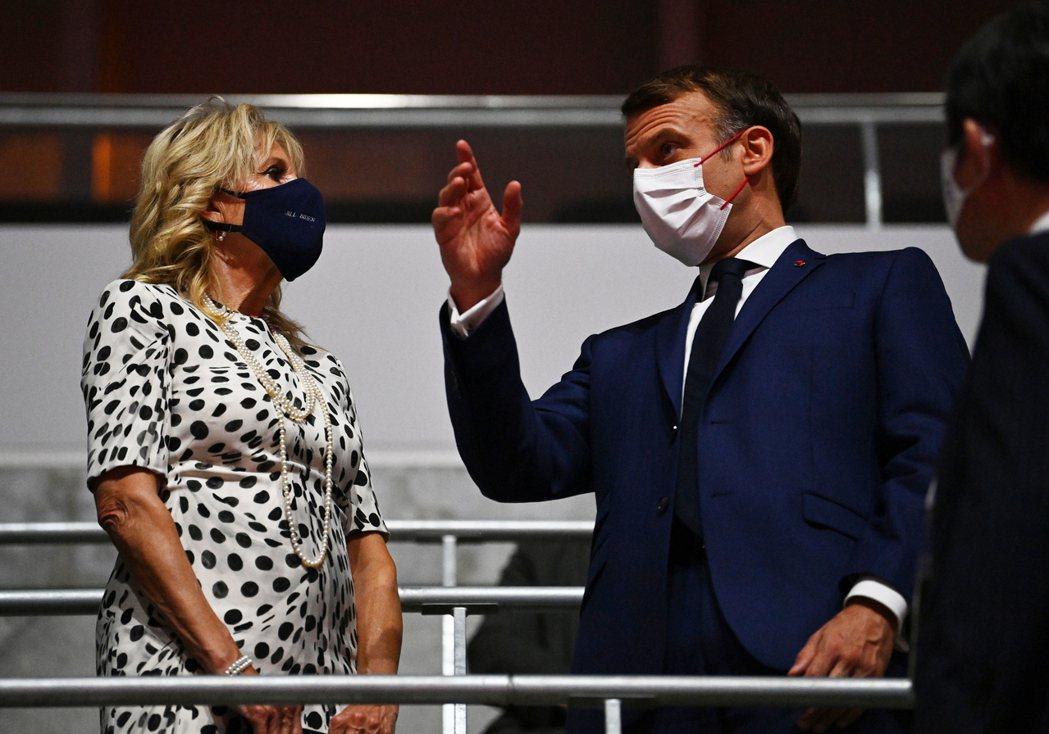 2024年巴黎奧運舉辦國法國總統馬克宏(右)23日出席東京奧運開幕式,在典禮開始...
