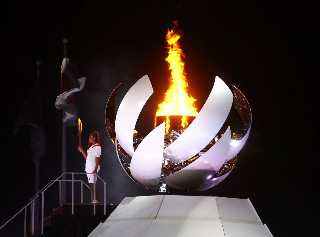 廿三歲的日本女子網球好手大坂直美廿三日點燃東京奧運聖火台。(路透)
