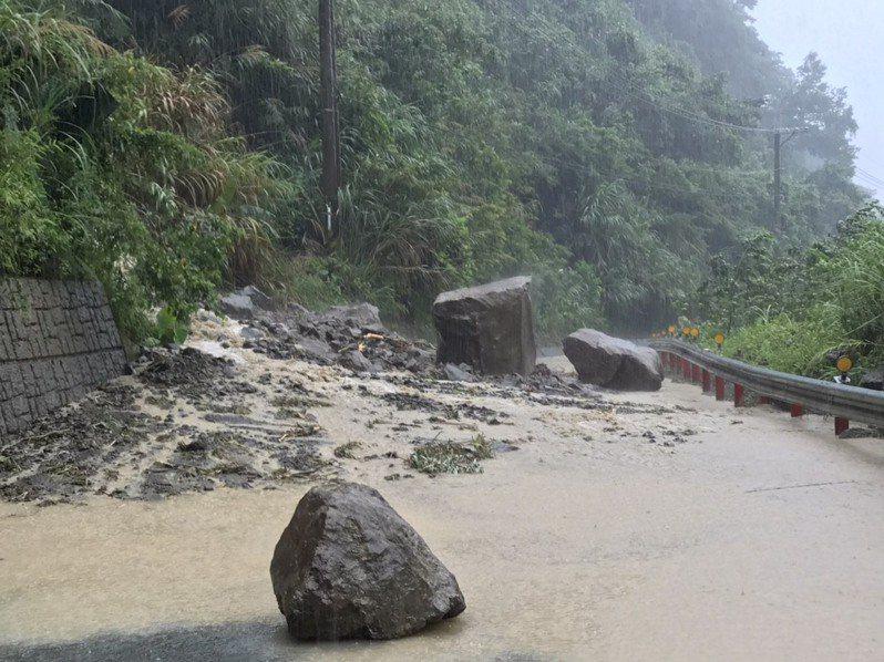 新竹縣竹六十七線鄉道隘蘭道路二公里處因大雨不斷,土石坍方黃泥橫流,巨石滾落路中阻斷交通。記者巫鴻瑋/翻攝