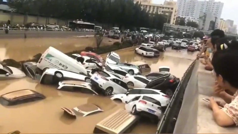 河南鄭州這輪千年暴雨導致京廣路地下隧道被淹,上百輛汽車埋在水裡,具體死傷仍待統計。圖/取自人民視覺