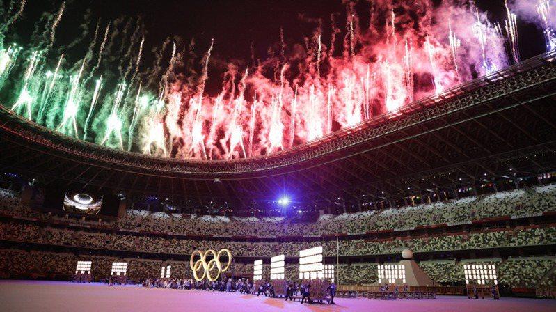 東京奧運23日晚間正式開幕,可容納6萬8千人的東京國立競技場僅官員、記者等不到千人出席。(路透)