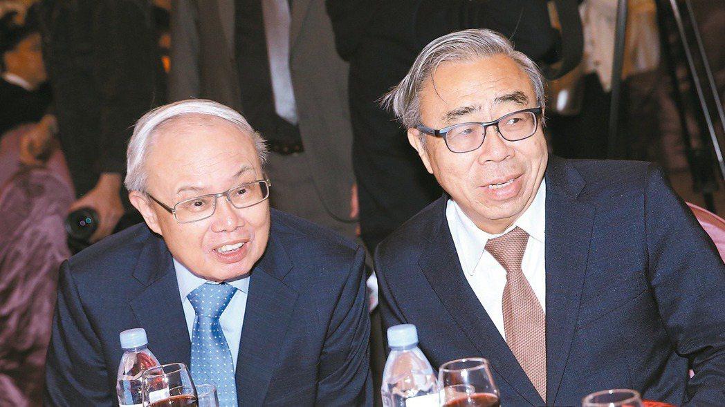 台化昨舉行股東會,王文淵(右)宣布卸任董座,隨即將主持棒交給接班人洪福源(左)。...