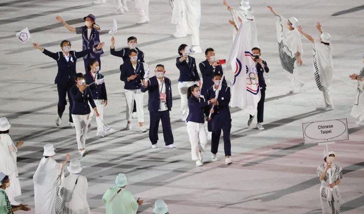 網球名將盧彥勳和舉重好手郭婞淳共同舉起中華奧會會旗進場,畫面實在令人感動。圖/中...