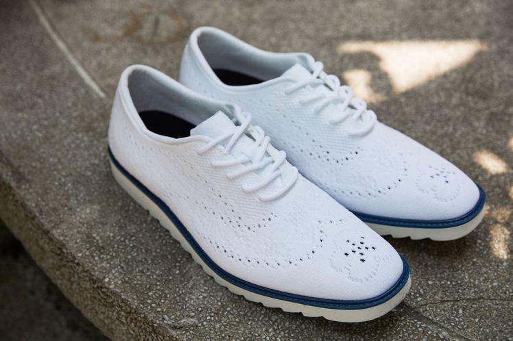 周裕穎和台灣科技編織鞋品牌FVF合作的透氣輕盈3D立體編織鞋。圖/JUST IN...