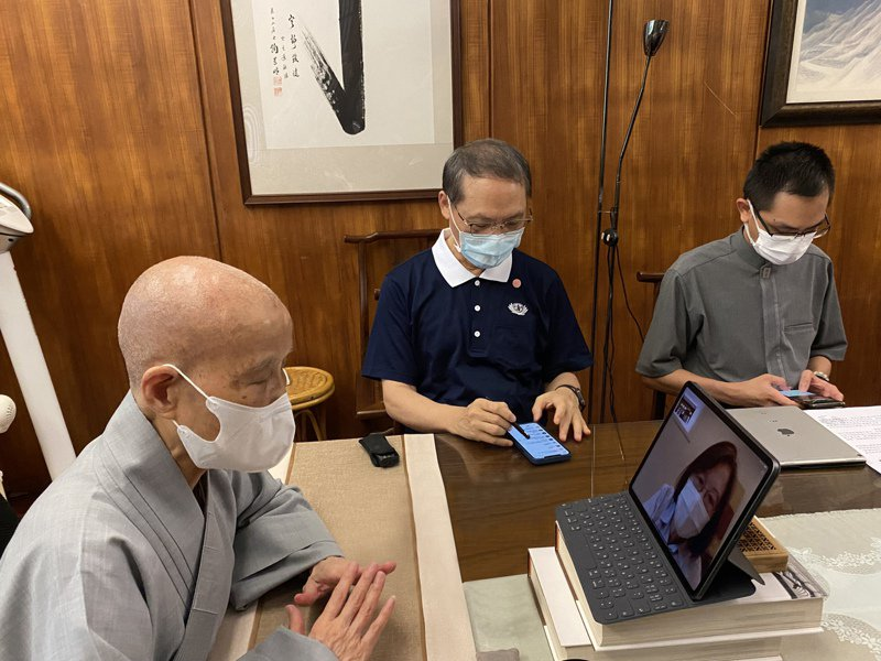 慈濟基金會21日宣布與上海復星簽訂500萬劑BNT疫苗採購合約,圖為證嚴法師(左)6月26日與蔡英文總統視訊。圖/慈濟基金會提供 王燕華