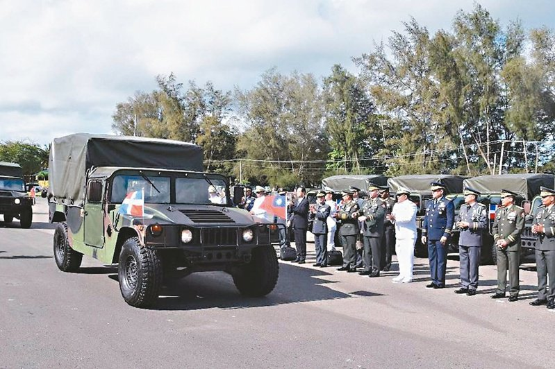 多明尼加才拿到台灣價值3500萬美元的軍備援贈不久,就與台灣斷交。圖為陸軍司令王信龍率訪問團出席軍備捐贈儀式。(取材自多明尼加國防部官方臉書)