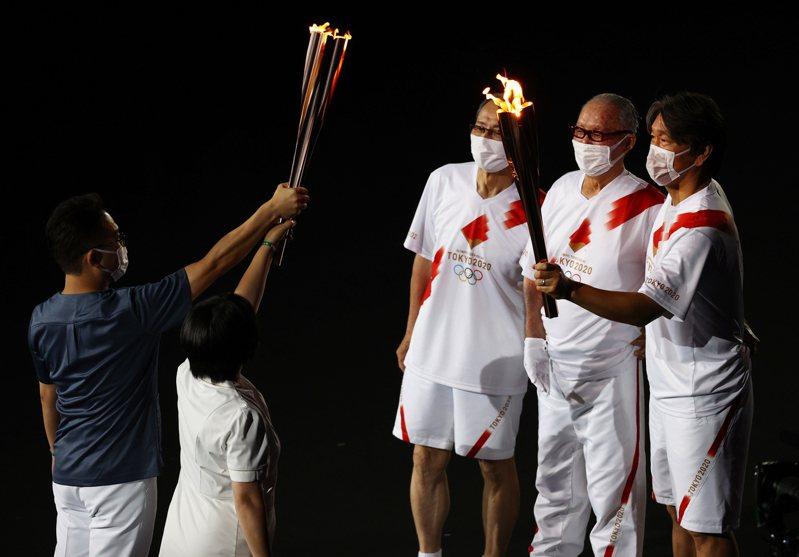 日本棒壇三大傳奇人物王貞治、長嶋茂雄和松井秀喜攜手擔任火炬手的橋段相當感人。 路透社