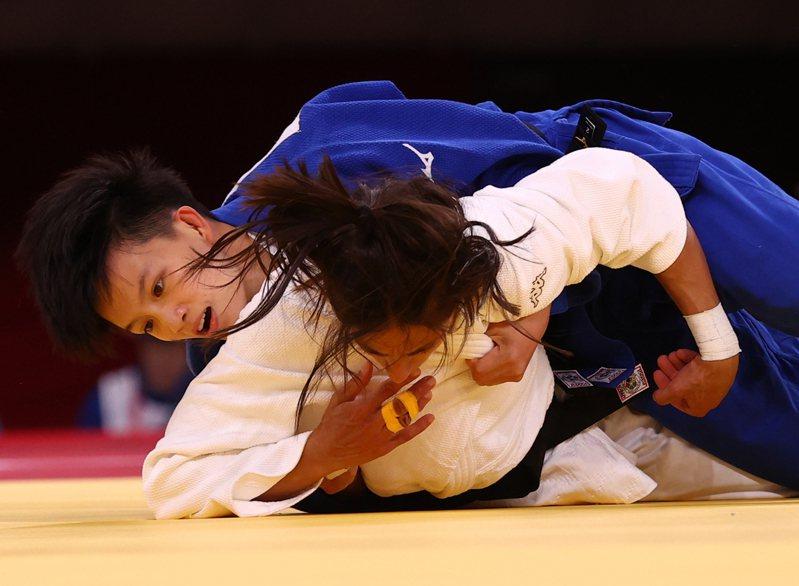 台灣23歲女將林真豪(藍衣)連過2關後在8強賽踢到鐵板,下午仍有敗部復活爭取銅牌的機會。  路透社