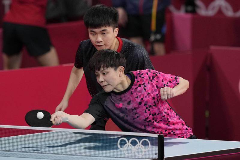 台灣「黃金混雙」林昀儒與鄭怡靜首戰展現世界第一的實力,連拿4局速勝對手。 美聯社