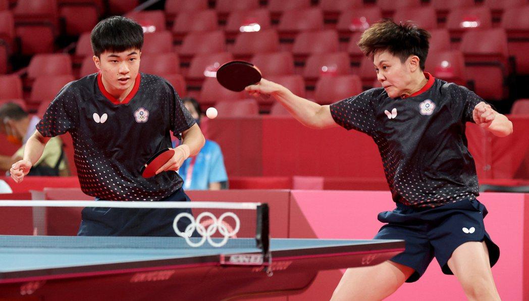 台灣桌球「黃金混雙」林昀儒(左)與鄭怡靜(右)首戰連拿4局快速挺進8強戰。特派記