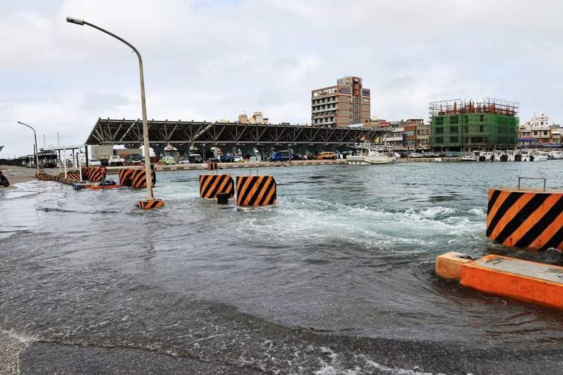 原PO張貼一張馬公港的照片,告知民眾現在正處大潮的狀態。 圖/爆廢公社公開版