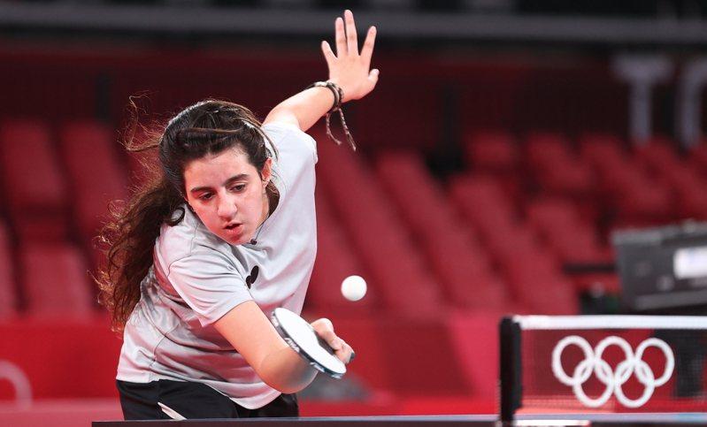 12歲的敘利亞桌球選手薩莎(Hend Zaza)是本屆東京奧運最年輕的參賽運動員,他在首場出戰奧地利39歲華裔女將劉佳,以直落4局不幸敗北。 路透社