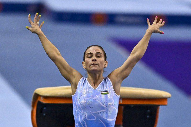 已46歲的「體操媽媽」丘索維金娜原是烏克蘭掌旗官,卻突然遭到撤換。 新華社