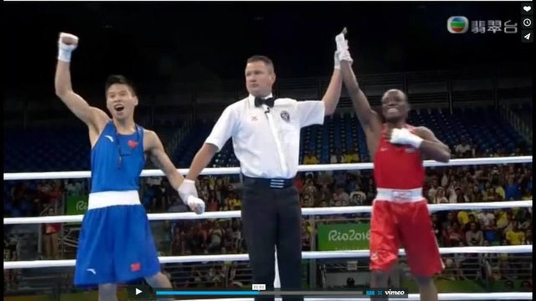 2016年里約奧運男子46至49公斤級拳擊預賽中,中國拳擊手呂斌與35歲肯亞老將...