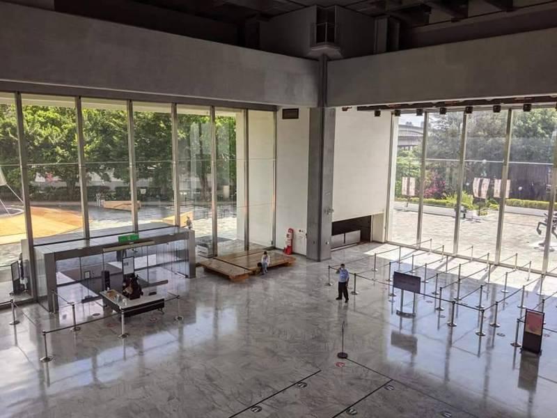 台北市立美術館曾有確診者足跡,25日緊急封館清消。圖為大廳。記者楊德宜/攝影