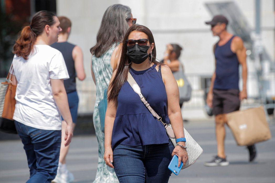 解封後的歐美同樣面臨確診人數竄升情況,部分美國民眾外出時仍會配戴口罩。 路透社