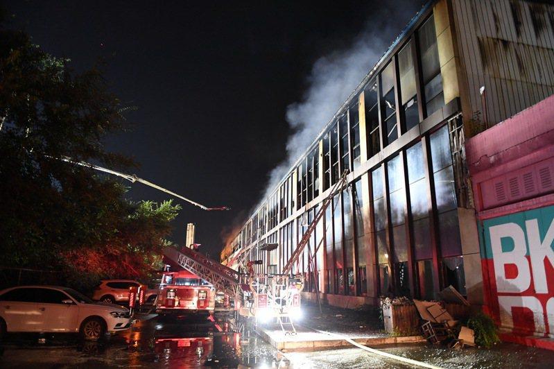 中國吉林省長春市一間物流倉庫下午發生嚴重火災,多人為閃避大火墜樓。據官方通報,這起火災至少已造成14人死亡,26人受傷。新華社