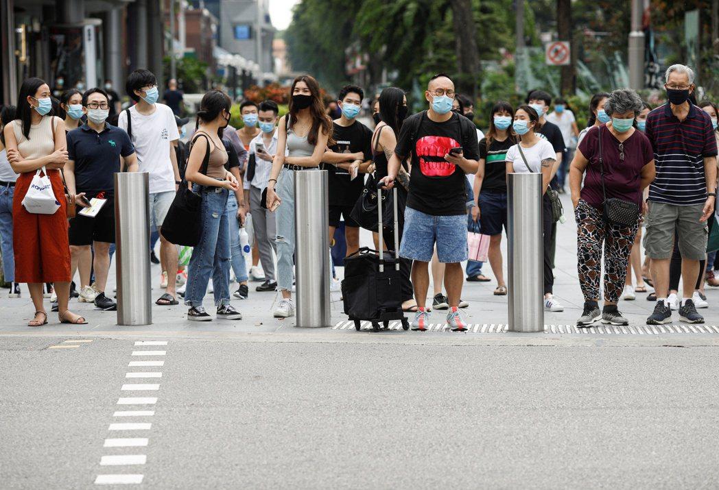 路透追蹤數據表明,在新加坡570萬人中,近75%民眾打過新冠疫苗,其中50%已完...