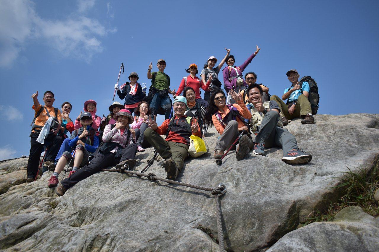 登山隊在新山夢湖合影。 圖/張玉玲提供