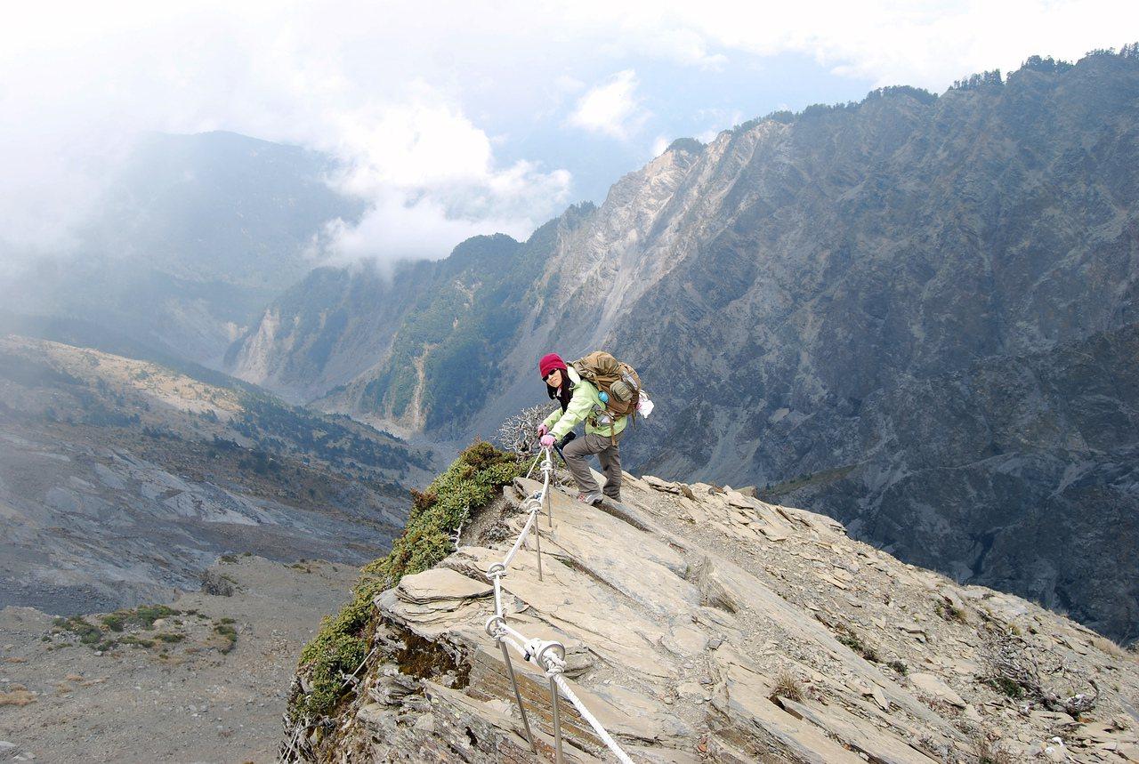 張玉玲登上南湖大山五岩峰斷崖。 圖/張玉玲提供