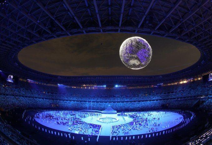 東奧開幕式難忘亮點,一千八百架無人機拼成地球。圖/取自Tokyo2020推特