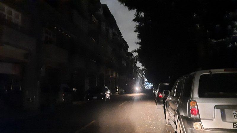 高雄市楠梓區、橋頭區疑因電線桿上的線路開關裂化燒損,造成4000戶停電,台電持續排查復電中。記者陳玫伶/攝影