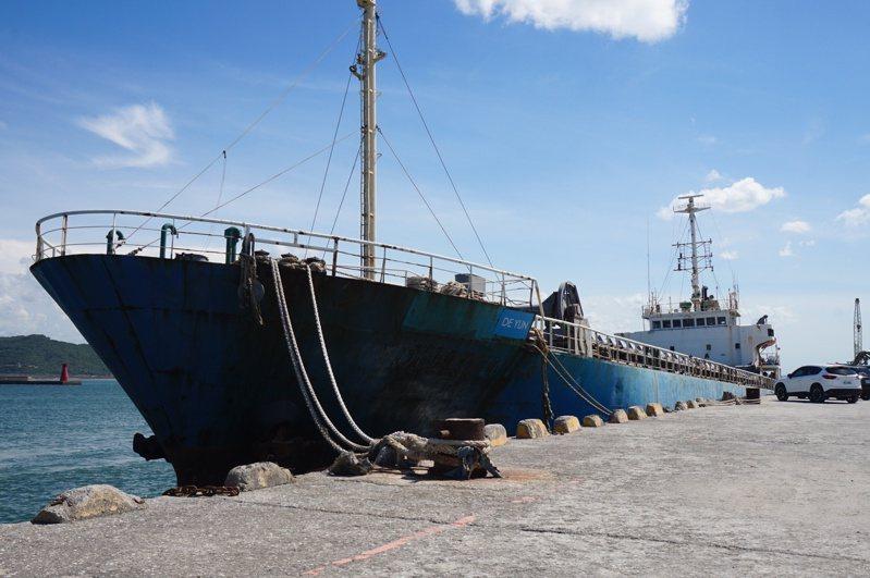 德運號貨櫃船自2019年10月停靠台北港後,因船東長期積欠薪資,船員困在船上,形同被「丟包」,至今尚未離港。記者陳熙文/攝影