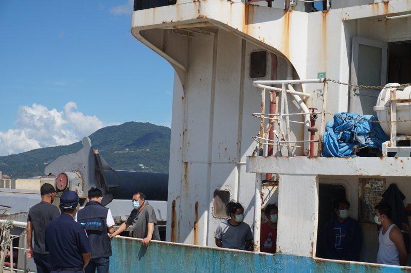 德運號貨櫃船8名船員困守船上,交通部航港局表示,一直以來,都持續提供人道協助,設法安排他們回國,但卡在船東長期積欠薪資,船員無意下船,台灣方面又因為無管轄權、欠缺主張權力,想幫忙卻施不上力。記者陳熙文/攝影