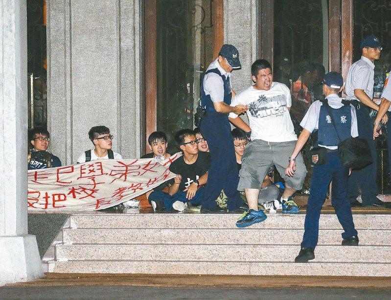 2015年7月24日凌晨,反課綱學生闖入教育部遭警方逮捕。圖/聯合報系資料照片
