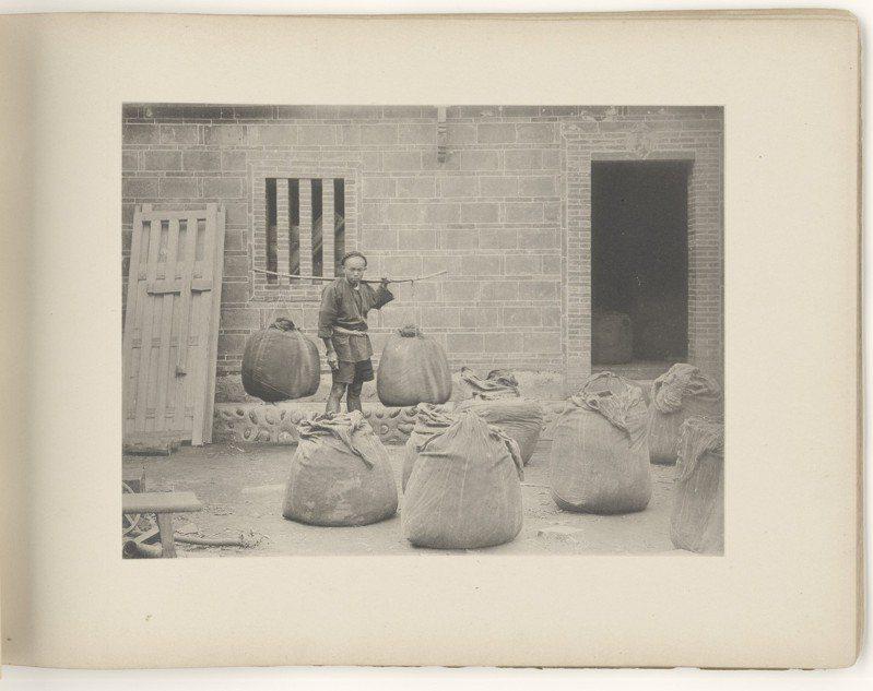 英國攝影師普萊斯1895年出版「北福爾摩沙的回憶」,介紹淡水漢人製作茶葉過程,書中照片常可見明顯的擺拍痕跡,以及作者自以為是的異國想像,例如稱「苦力蹣跚踏出每一步」,但圖中苦力看來並沒這麼痛苦。圖/國家攝影中心提供