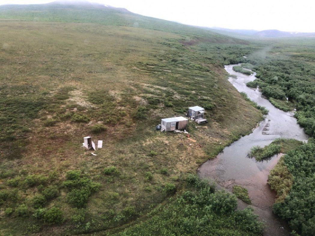 美國海岸防衛隊一架直升機日前在阿拉斯加州執行任務時,為閃避雲層稍微改道,隨後在荒...