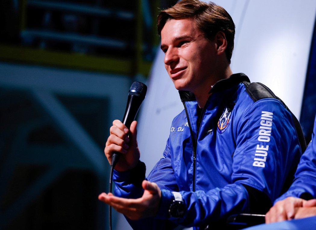 荷蘭18歲少年戴蒙(Oliver Daemen)日前和全球電商龍頭亞馬遜創辦人貝...