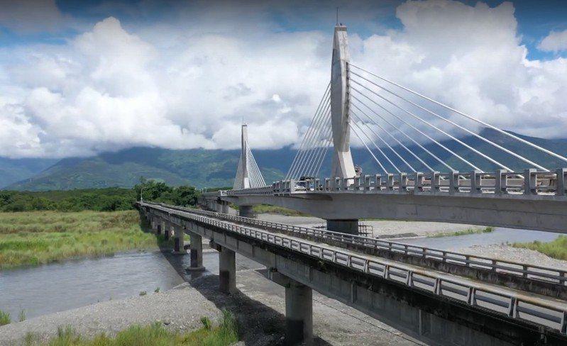 第二代箭瑛大橋設計23公尺的橋塔,雙手合十造型代表兩位殉難老師持續守護用路人。圖/林姓讀者提供