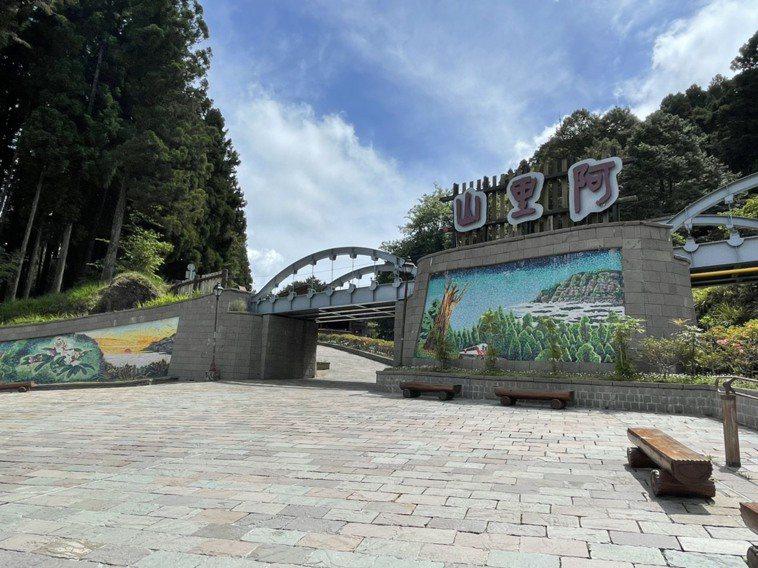 13日微解封至今,阿里山遊樂區入園人數累計3127人,每天平均300多人,受烟花...