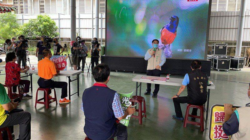 台南市長黃偉哲上午查看歸仁仁壽宮防疫時宣布將開放婚宴、夜市與餐飲業內用。記者周宗禎/攝影